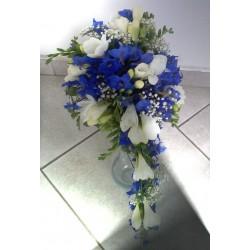 Svatbní kytice modrobílá převislá